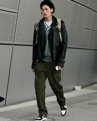 Combinar un pantalón chino verde oscuro: Para crear una apariencia para un almuerzo con amigos en el fin de semana intenta ponerse una chaqueta motera de cuero negra y un pantalón chino verde oscuro. Zapatillas altas de cuero en blanco y negro añadirán un nuevo toque a un estilo que de lo contrario es clásico.