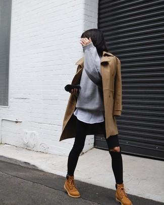 Combinar unas botas planas con cordones de nubuck marrón claro: Este combo de un abrigo marrón claro y unos vaqueros pitillo desgastados negros te permitirá mantener un estilo cuando no estés trabajando limpio y simple. Si no quieres vestir totalmente formal, elige un par de botas planas con cordones de nubuck marrón claro.