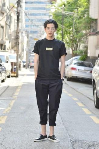 Cómo combinar: camiseta con cuello circular estampada negra, pantalón chino negro, tenis de cuero negros, sombrero de paja negro