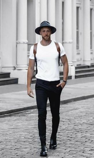 Cómo combinar: camiseta con cuello circular blanca, pantalón chino negro, botas casual de cuero negras, mochila de cuero marrón