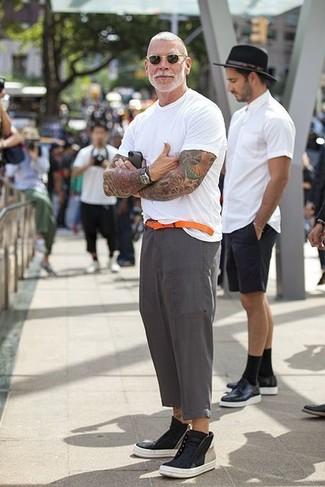 Look de Nick Wooster: Camiseta con Cuello Circular Blanca, Pantalón de Vestir de Lino Gris, Zapatillas Altas de Cuero Negras, Correa de Cuero Naranja