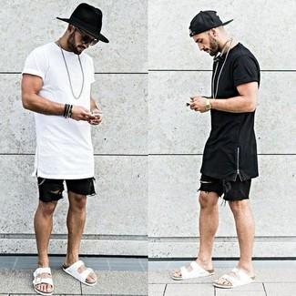 Cómo combinar: camiseta con cuello circular blanca, pantalones cortos vaqueros negros, sandalias de cuero blancas, sombrero de lana negro