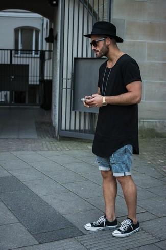 Cómo combinar: camiseta con cuello circular negra, pantalones cortos vaqueros azules, tenis en negro y blanco, sombrero de lana negro