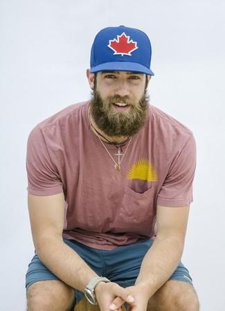 Cómo combinar: camiseta con cuello circular rosada, pantalones cortos en verde azulado, gorra de béisbol estampada azul, reloj en beige