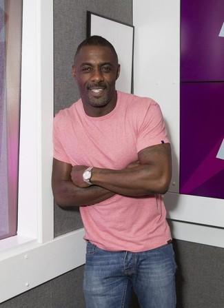 Look de Idris Elba: Camiseta con Cuello Circular Rosada, Vaqueros Azules, Reloj Plateado