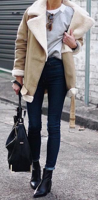 Cómo combinar: vaqueros pitillo azul marino, camiseta con cuello circular blanca, sudadera gris, abrigo de piel de oveja marrón claro