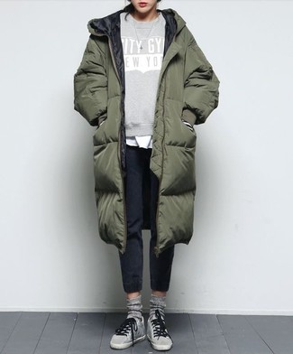 Cómo combinar: pantalón de chándal negro, camiseta con cuello circular blanca, sudadera estampada gris, abrigo de plumón verde oliva