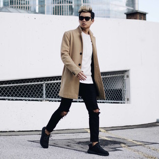 Cómo combinar: vaqueros pitillo desgastados negros, camiseta con cuello circular blanca, sudadera blanca, abrigo largo marrón claro