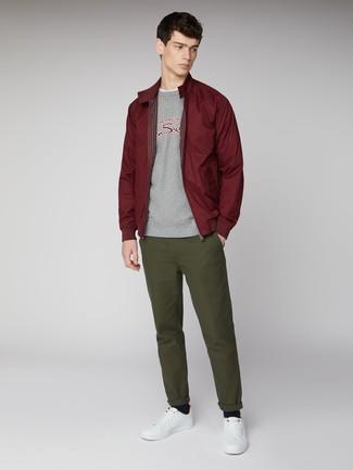 Cómo combinar: pantalón chino verde oliva, camiseta con cuello circular blanca, sudadera estampada gris, cazadora harrington burdeos