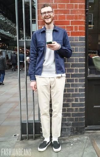 Combinar una sudadera gris en otoño 2020: Usa una sudadera gris y un pantalón chino en beige para una apariencia fácil de vestir para todos los días. Zapatillas slip-on de lona en negro y blanco son una opción perfecta para complementar tu atuendo. Es un look súper apropriado en otoño.