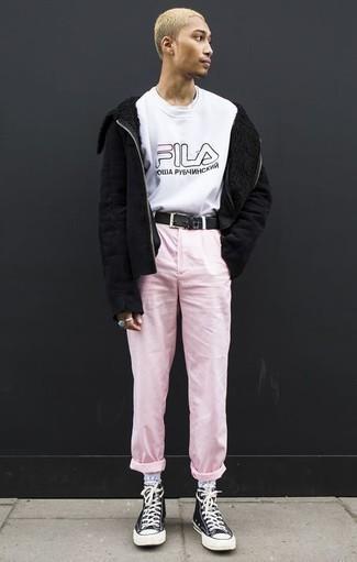 Combinar una chaqueta de piel de oveja negra: Elige una chaqueta de piel de oveja negra y un pantalón chino rosado para un look diario sin parecer demasiado arreglada. Si no quieres vestir totalmente formal, haz zapatillas altas de lona en negro y blanco tu calzado.