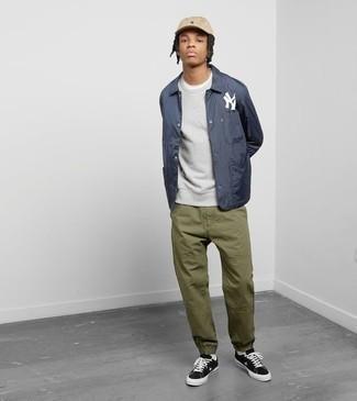 Combinar una chaqueta estilo camisa azul marino para hombres adolescentes: Empareja una chaqueta estilo camisa azul marino junto a un pantalón chino verde oliva para las 8 horas. Para darle un toque relax a tu outfit utiliza tenis de lona en negro y blanco.