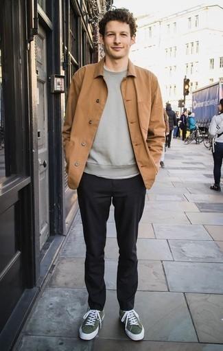 Combinar una sudadera gris en otoño 2020: Elige una sudadera gris y un pantalón chino negro para un look diario sin parecer demasiado arreglada. Tenis de lona verde oscuro son una opción buena para completar este atuendo. Un atuendo estupendo para llevarlo en jornadas en otoño.