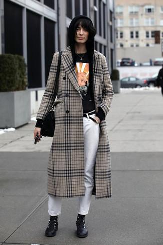 Cómo combinar: vaqueros blancos, camiseta con cuello circular estampada negra, sudadera con capucha negra, abrigo de tartán en beige