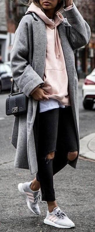 Cómo combinar: vaqueros pitillo desgastados negros, camiseta con cuello circular blanca, sudadera con capucha rosada, abrigo gris