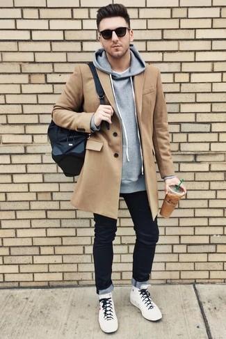 Cómo combinar: vaqueros negros, camiseta con cuello circular blanca, sudadera con capucha gris, abrigo largo marrón claro