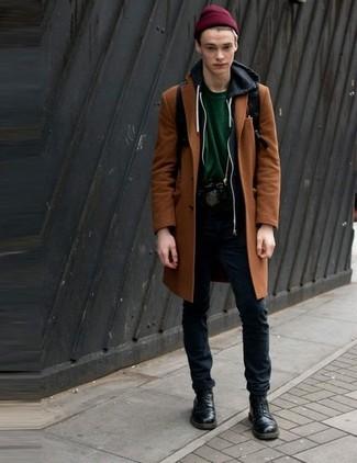Cómo combinar: pantalón chino negro, camiseta con cuello circular verde oscuro, sudadera con capucha negra, abrigo largo en tabaco