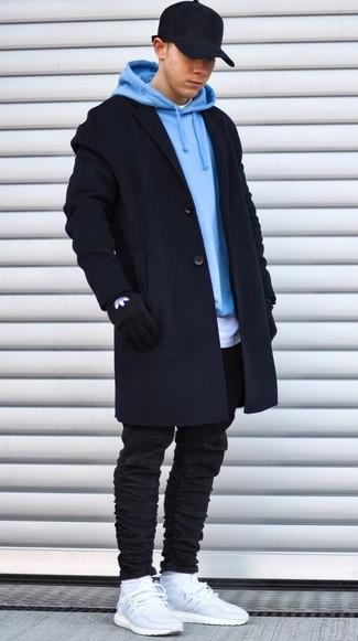 Cómo combinar: vaqueros pitillo negros, camiseta con cuello circular blanca, sudadera con capucha celeste, abrigo largo negro