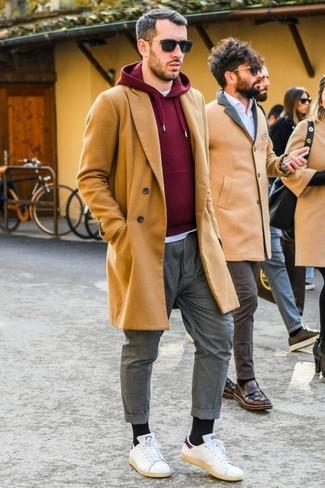 Cómo combinar: pantalón chino gris, camiseta con cuello circular blanca, sudadera con capucha burdeos, abrigo largo marrón claro