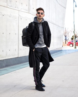 Combinar unas zapatillas altas de cuero negras: Considera emparejar un abrigo largo negro con un pantalón chino de rayas verticales negro para las 8 horas. Si no quieres vestir totalmente formal, complementa tu atuendo con zapatillas altas de cuero negras.