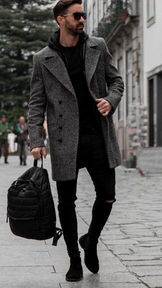 Combinar unos vaqueros pitillo desgastados negros: Emparejar un abrigo largo de espiguilla en gris oscuro con unos vaqueros pitillo desgastados negros es una opción grandiosa para el fin de semana. Botines chelsea de ante negros son una forma sencilla de mejorar tu look.