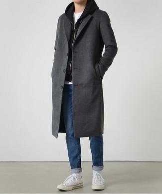 Combinar unos tenis de lona blancos: Usa un abrigo largo en gris oscuro y unos vaqueros azules para crear un estilo informal elegante. ¿Quieres elegir un zapato informal? Elige un par de tenis de lona blancos para el día.