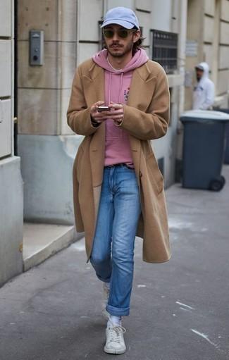 Outfits hombres en clima frío: Si buscas un look en tendencia pero clásico, ponte un abrigo largo marrón claro y unos vaqueros celestes. ¿Quieres elegir un zapato informal? Complementa tu atuendo con tenis de cuero blancos para el día.