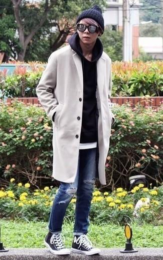Outfits hombres en otoño 2020 estilo relajado: Para un atuendo que esté lleno de caracter y personalidad intenta combinar un abrigo largo blanco con unos vaqueros desgastados azules. Si no quieres vestir totalmente formal, usa un par de zapatillas altas de lona en negro y blanco. Este atuendo es una opción perfecta si tu buscas un atuendo apropriado para tus días de otoño.
