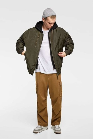 Cómo combinar: pantalón cargo marrón, camiseta con cuello circular blanca, sudadera con capucha negra, cazadora de aviador verde oliva