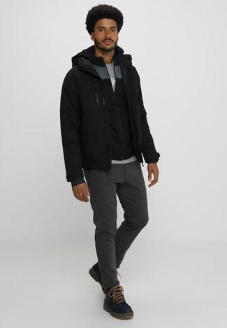 Cómo combinar: pantalón chino en gris oscuro, camiseta con cuello circular gris, sudadera con capucha negra, cazadora de aviador negra