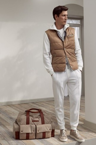 Cómo combinar: pantalón de chándal blanco, camiseta con cuello circular blanca, sudadera con capucha blanca, chaleco de abrigo acolchado marrón claro