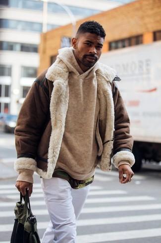 Cómo combinar: pantalón chino blanco, camiseta con cuello circular de camuflaje verde oliva, sudadera con capucha marrón claro, chaqueta de piel de oveja en marrón oscuro