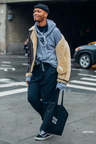 Combinar una chaqueta de piel de oveja negra: Equípate una chaqueta de piel de oveja negra junto a un pantalón chino negro para un almuerzo en domingo con amigos. ¿Quieres elegir un zapato informal? Complementa tu atuendo con tenis de lona en negro y blanco para el día.