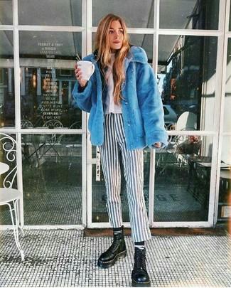 Cómo combinar: pantalones pitillo de rayas verticales en blanco y negro, camiseta con cuello circular blanca, sudadera con capucha negra, chaqueta de piel azul