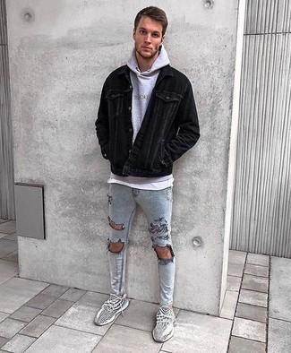 Cómo combinar: vaqueros pitillo desgastados grises, camiseta con cuello circular blanca, sudadera con capucha gris, chaqueta estilo camisa de pana negra