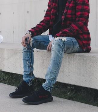 Cómo combinar: vaqueros pitillo desgastados azules, camiseta con cuello circular blanca, sudadera con capucha negra, chaqueta estilo camisa a cuadros en rojo y negro