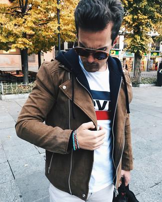 Cómo combinar: pantalón chino gris, camiseta con cuello circular estampada blanca, sudadera con capucha negra, chaqueta motera de ante marrón