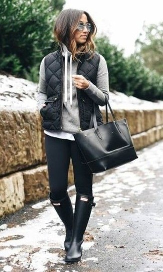 Combinar una chaqueta sin mangas acolchada negra: Una chaqueta sin mangas acolchada negra y unos vaqueros pitillo negros son una gran fórmula de vestimenta para tener en tu clóset. Si no quieres vestir totalmente formal, opta por un par de botas de lluvia negras.