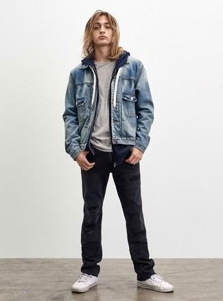 Cómo combinar: vaqueros desgastados negros, camiseta con cuello circular gris, sudadera con capucha azul marino, chaqueta vaquera celeste
