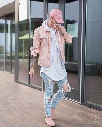 Cómo combinar: vaqueros desgastados celestes, camiseta con cuello circular blanca, sudadera con capucha blanca, chaqueta vaquera rosada
