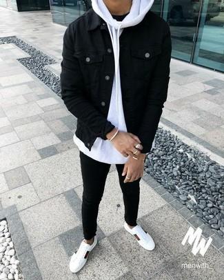 Cómo combinar: vaqueros pitillo negros, camiseta con cuello circular negra, sudadera con capucha blanca, chaqueta vaquera negra