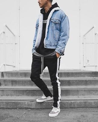Cómo combinar: pantalón de chándal de rayas verticales en negro y blanco, camiseta con cuello circular gris, sudadera con capucha estampada en negro y blanco, chaqueta vaquera celeste