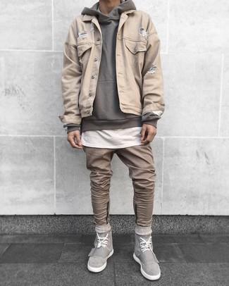 Cómo combinar: vaqueros marrón claro, camiseta con cuello circular blanca, sudadera con capucha gris, chaqueta vaquera en beige