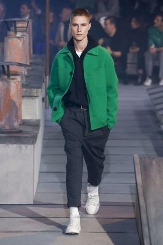 Cómo combinar: pantalón de vestir de lana en gris oscuro, camiseta con cuello circular blanca, sudadera con capucha negra, chaquetón verde