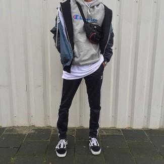 Cómo combinar: pantalón de chándal de rayas verticales en negro y blanco, camiseta con cuello circular blanca, sudadera con capucha estampada gris, chubasquero estampado azul marino