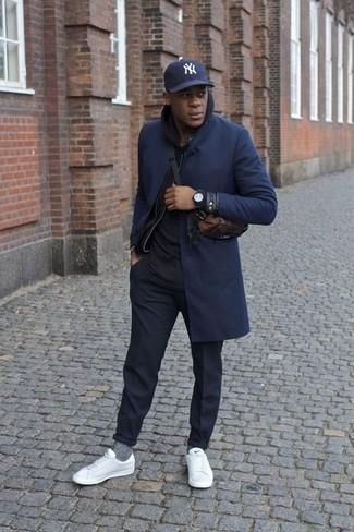Combinar una sudadera con capucha negra: Para un atuendo que esté lleno de caracter y personalidad empareja una sudadera con capucha negra junto a un pantalón chino azul marino. Tenis de cuero blancos son una opción estupenda para complementar tu atuendo.