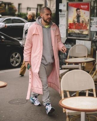 Outfits hombres: Para un atuendo tan cómodo como tu sillón equípate un chubasquero rosado con un pantalón de chándal gris. Si no quieres vestir totalmente formal, usa un par de deportivas en blanco y azul marino.