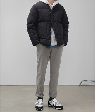 Combinar una chaqueta: Considera emparejar una chaqueta con un pantalón chino gris para después del trabajo. ¿Quieres elegir un zapato informal? Elige un par de tenis de ante en blanco y negro para el día.