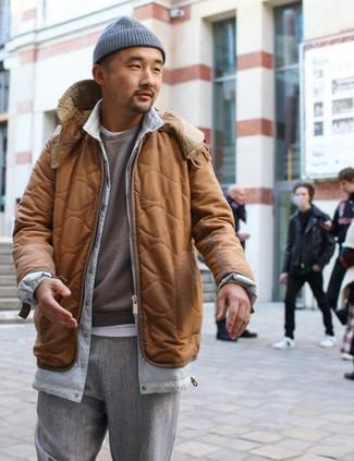 Combinar un plumífero en marrón oscuro: Empareja un plumífero en marrón oscuro junto a un pantalón de vestir de lana gris para rebosar clase y sofisticación.