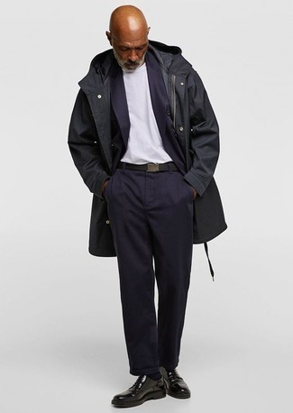 Combinar una correa de lona negra: Para un atuendo tan cómodo como tu sillón ponte un abrigo largo negro y una correa de lona negra. ¿Te sientes valiente? Complementa tu atuendo con zapatos derby de cuero negros.